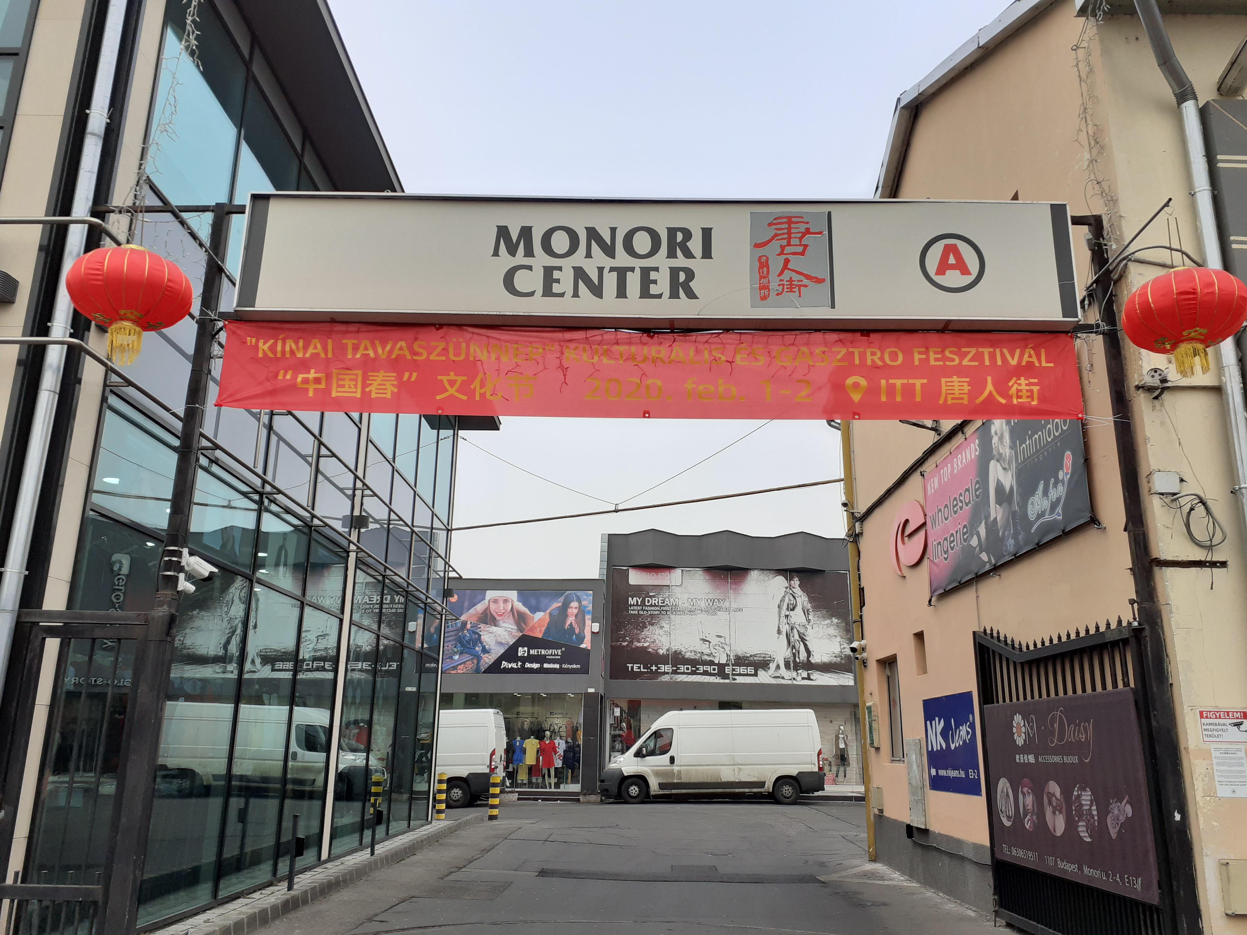 Monori center,első udvar bejárat